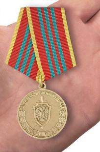 Медаль ФСБ РФ За отличие в военной службе III степени - вид на ладони