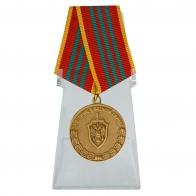 Медаль За отличие в военной службе III степени ФСБ РФ на подставке