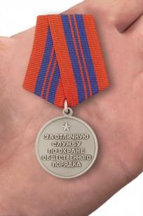 """Медаль """"За отличную службу по охране общественного порядка"""" (муляж) - вид на ладони"""