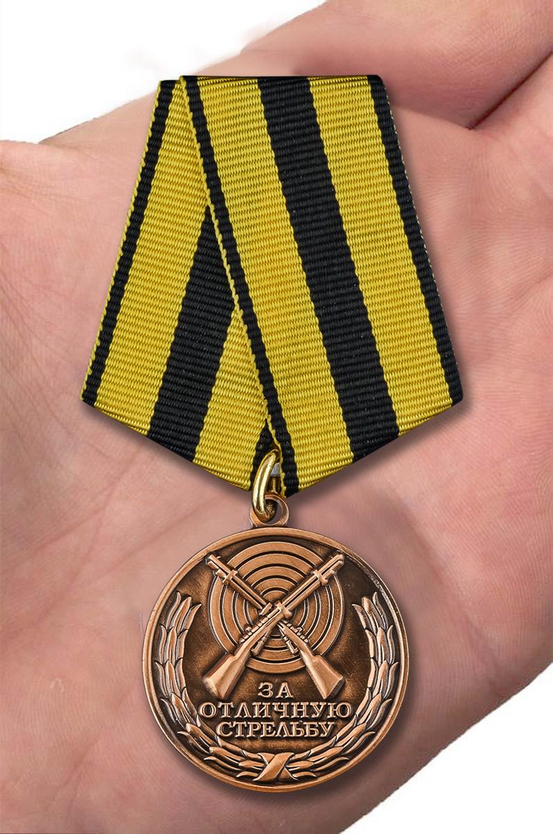 Медаль За отличную стрельбу - вид на ладони