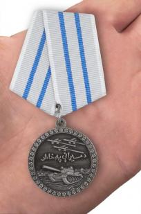 Медаль За отвагу Афганистан в темно-бордовом футляре из флока - вид на ладони