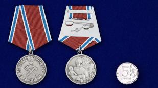 """Медаль """"За отвагу на пожаре"""" (муляж) - сравнительный размер"""