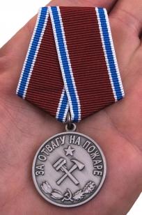 """Медаль """"За отвагу на пожаре"""" (муляж) - вид на ладони"""