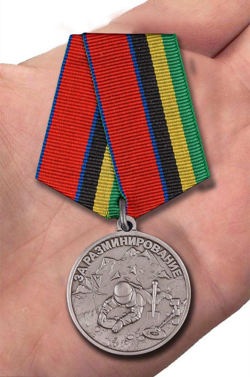 Медаль За разминирование Росгвардия - вид на ладони