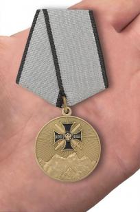 """Медаль """"За службу на Северном Кавказе"""" в футляре из бордового флока - вид на ладони"""