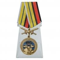 Медаль За службу в артиллерийской разведке с мечами на подставке