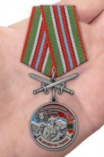 Медаль За службу в Хичаурском пограничном отряде на подставке - вид на ладони