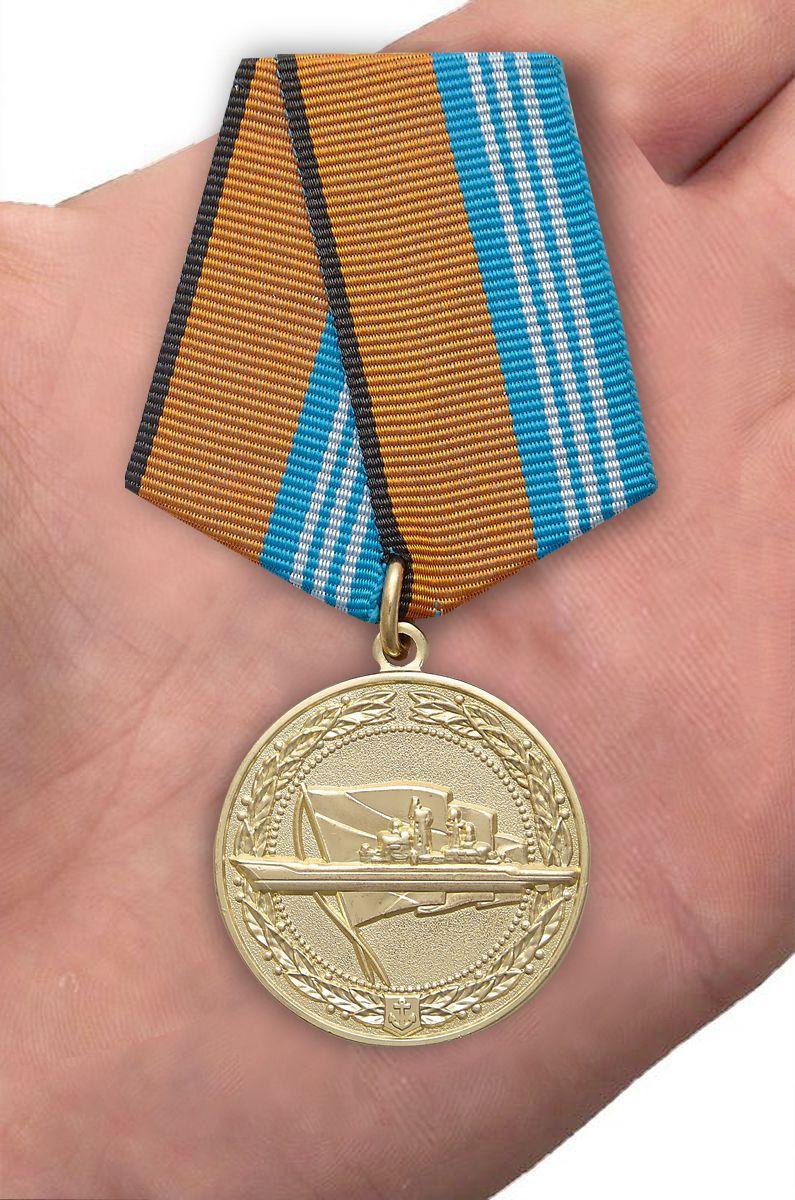 """Медаль """"За службу в надводных силах"""" - вид на ладони"""