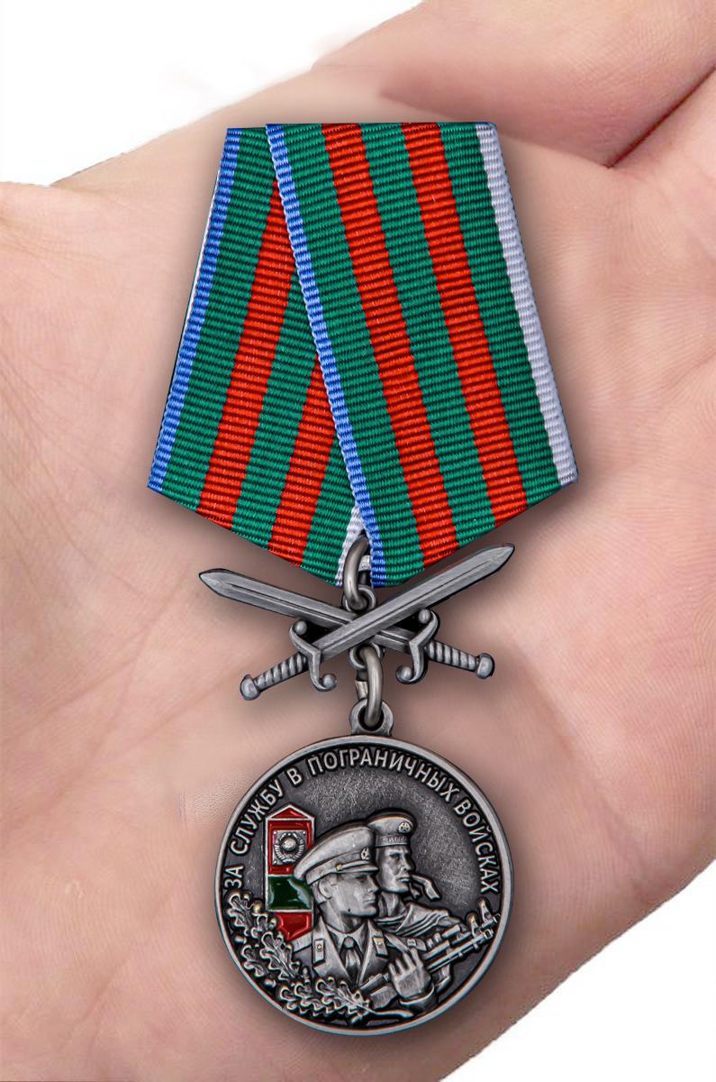 """Медаль """"За службу в Пограничных войсках"""" в футляре - вид на ладони"""