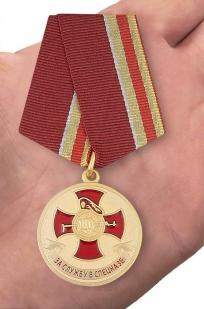 Медаль за службу в Спецназе в бархатистом футляре из флока - вид на ладони