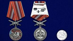 Медаль За службу в Тахта-Базарском пограничном отряде на подставке - сравнительный вид