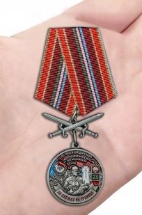 Медаль За службу в Тахта-Базарском пограничном отряде на подставке - вид на ладони