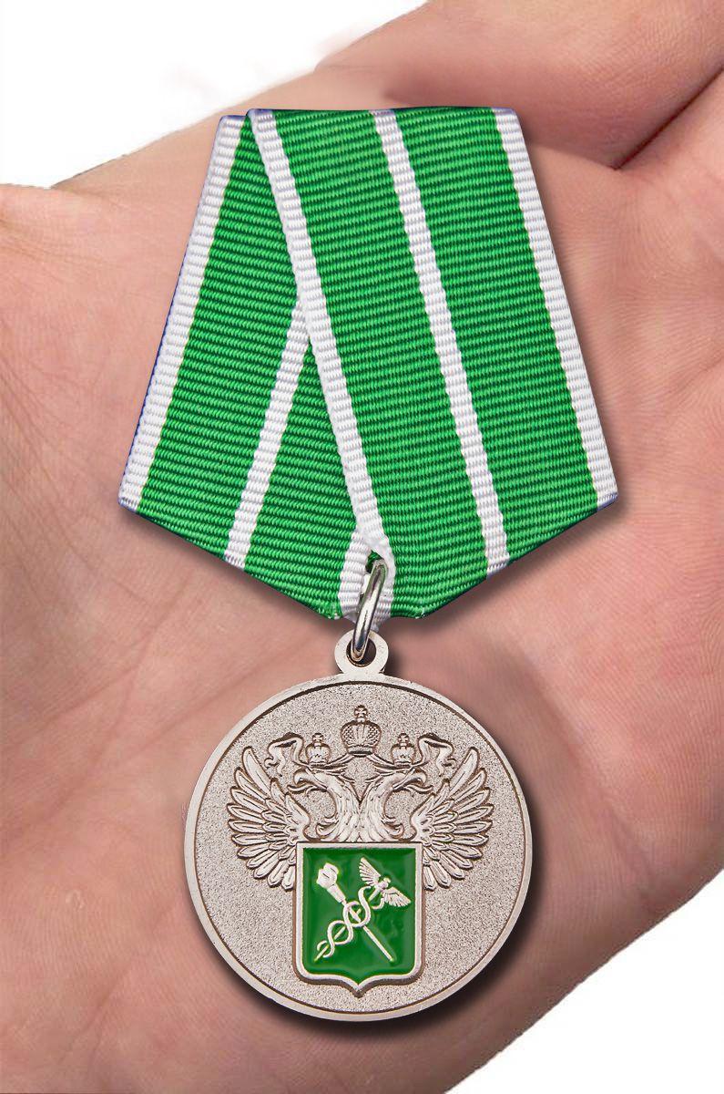 """Медаль """"За службу в таможенных органах"""" 1 степени вид на ладони"""