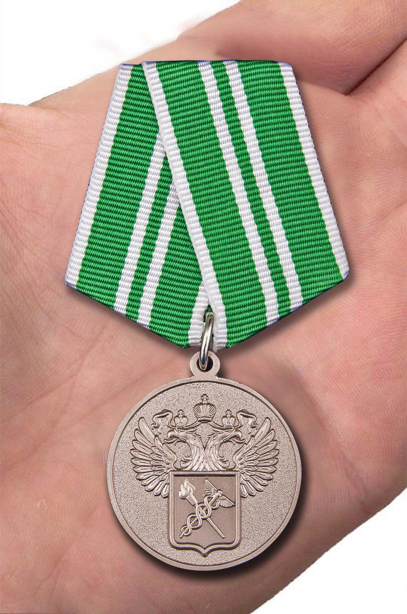 """Медаль """"За службу в таможенных органах"""" 2 степени - вид на ладони"""