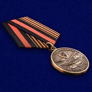 """Медаль """"За службу в Танковых войсках"""" в футляре из темно-бордового флока - общий вид"""