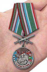 Медаль За службу в Термезском пограничном отряде на подставке - вид на ладони