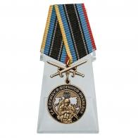 Медаль За службу в Военной разведке с мечами на подставке