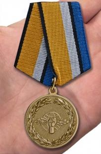 Медаль За службу в войсках РЭБ в футляре с удостоверением - вид на ладони