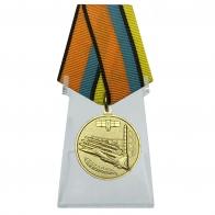 Медаль За службу в Воздушно-космических силах на подставке