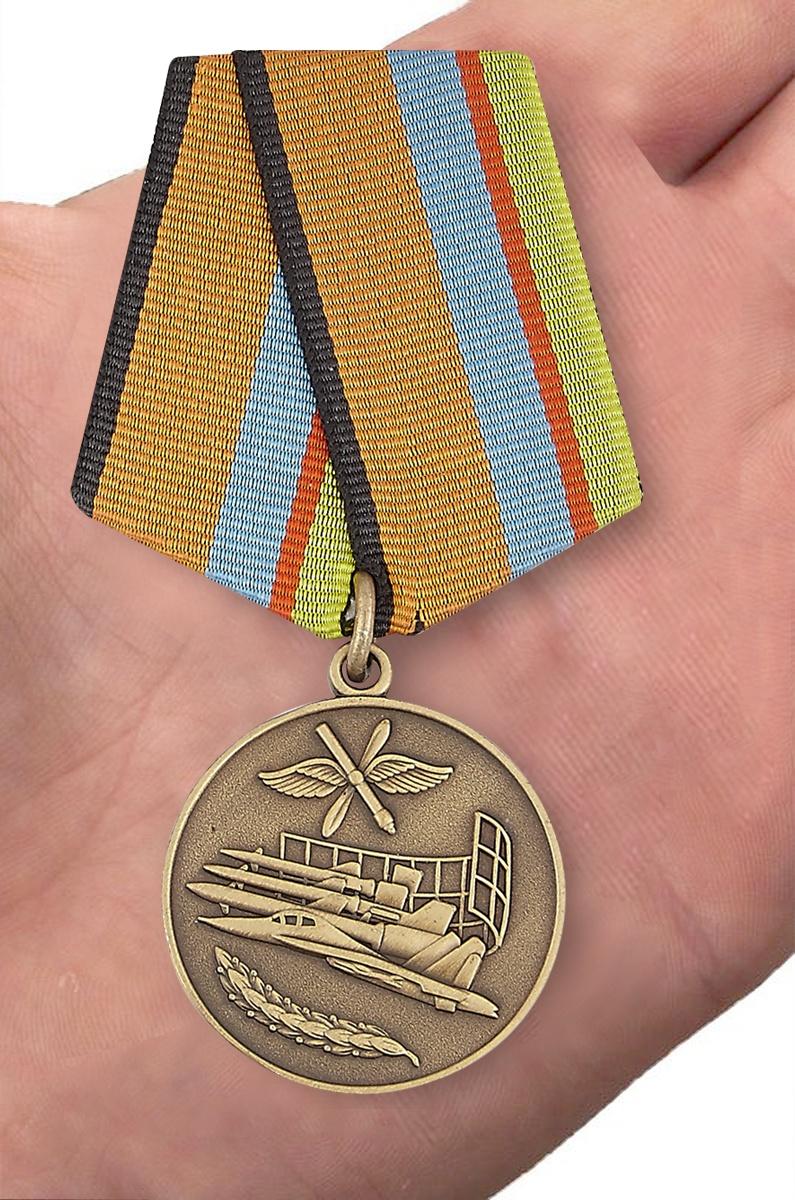 """Медаль """"За службу в ВВС"""" МО РФ в футляре с пластиковой крышкой - вид на ладони"""