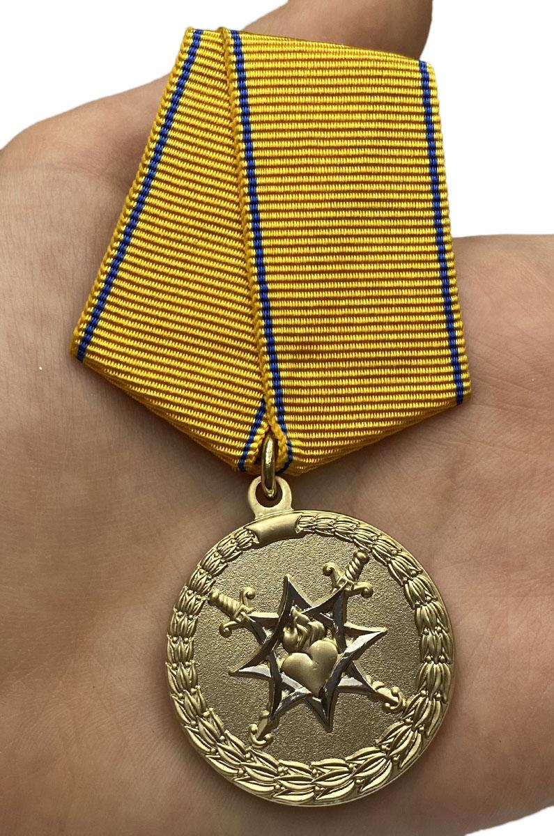 Медаль За смелость во имя спасения МВД России на подставке - вид на ладони