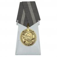Медаль За содействие на подставке