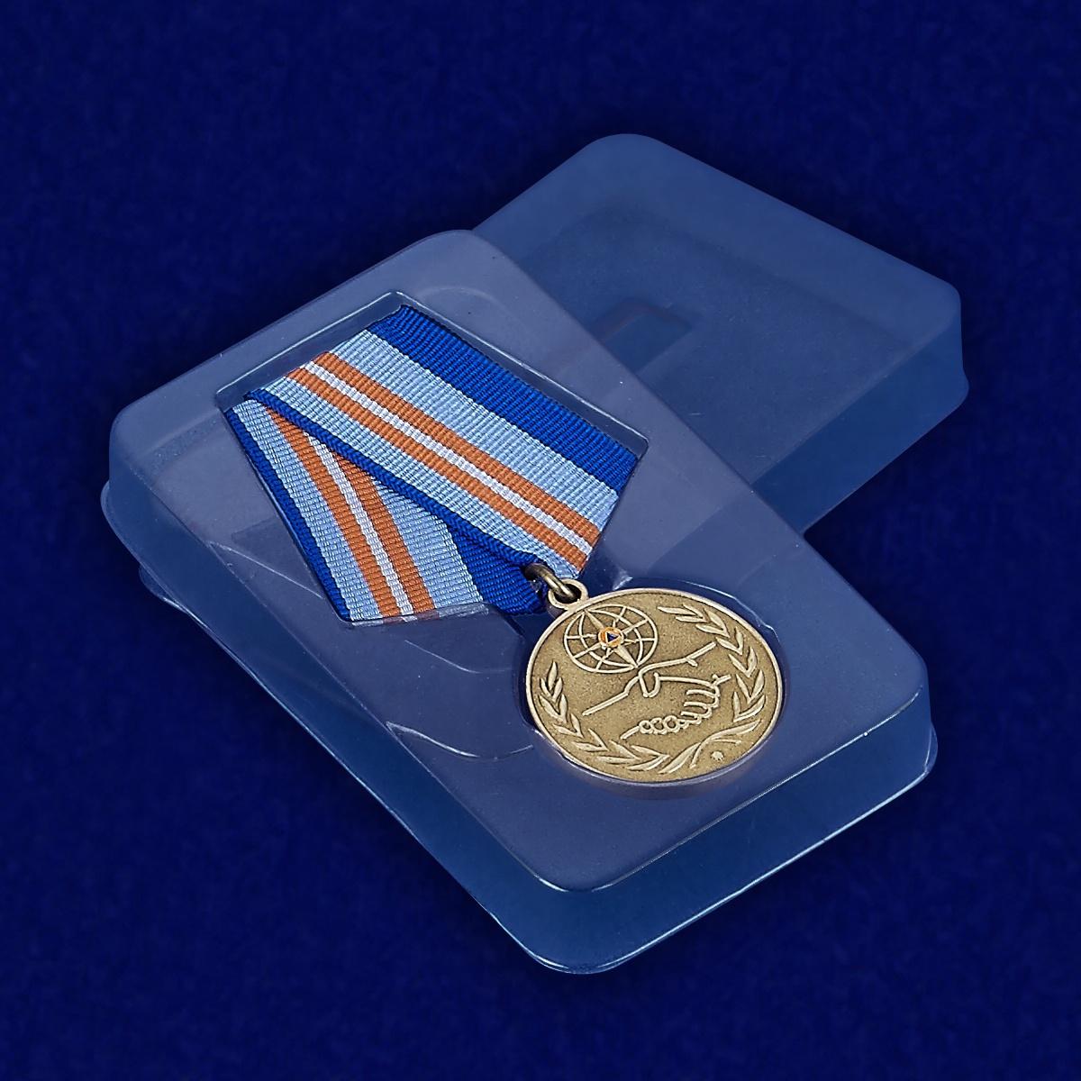 Медаль «За содружество во имя спасения» МЧС России - вид в футляре