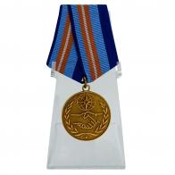 Медаль За содружество во имя спасения на подставке