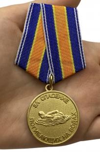 Медаль За спасение погибающих на водах на подставке - вид на ладони