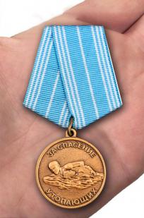 Медаль За спасение утопающих в футляре с удостоверением - вид на ладони