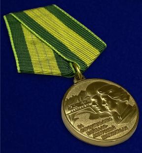 """Медаль """"За строительство Байкало-Амурской магистрали"""" (муляж) - вид под углом"""