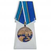 Медаль За строительство Крымского моста на подставке