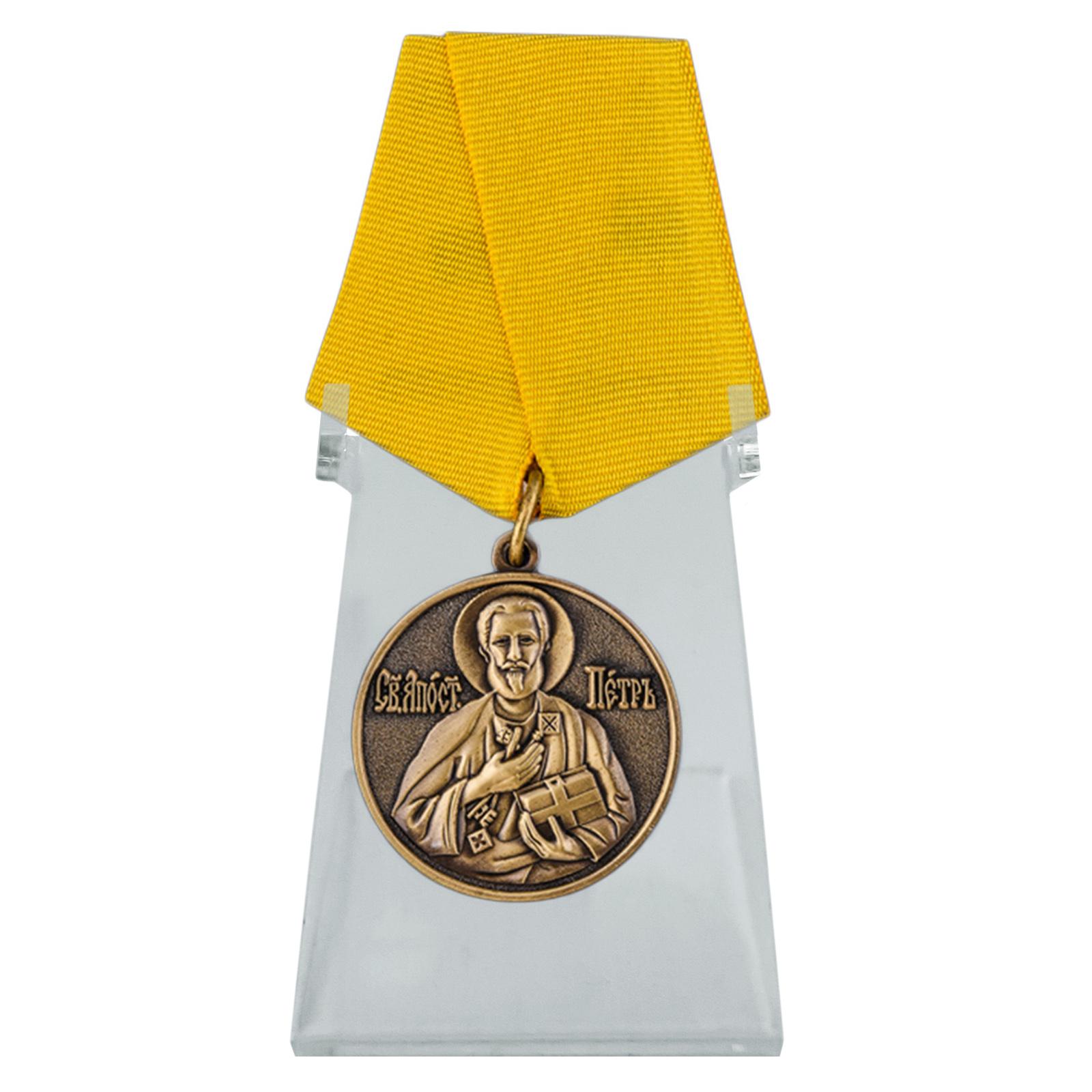 Медаль За труды во славу Святой церкви на подставке