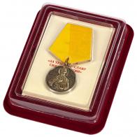 Медаль «За труды во славу Святой церкви» в футляре из флока с прозрачной крышкой