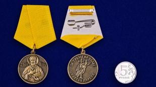 Медаль «За труды во славу Святой церкви» в футляре из флока с прозрачной крышкой - сравнительный вид