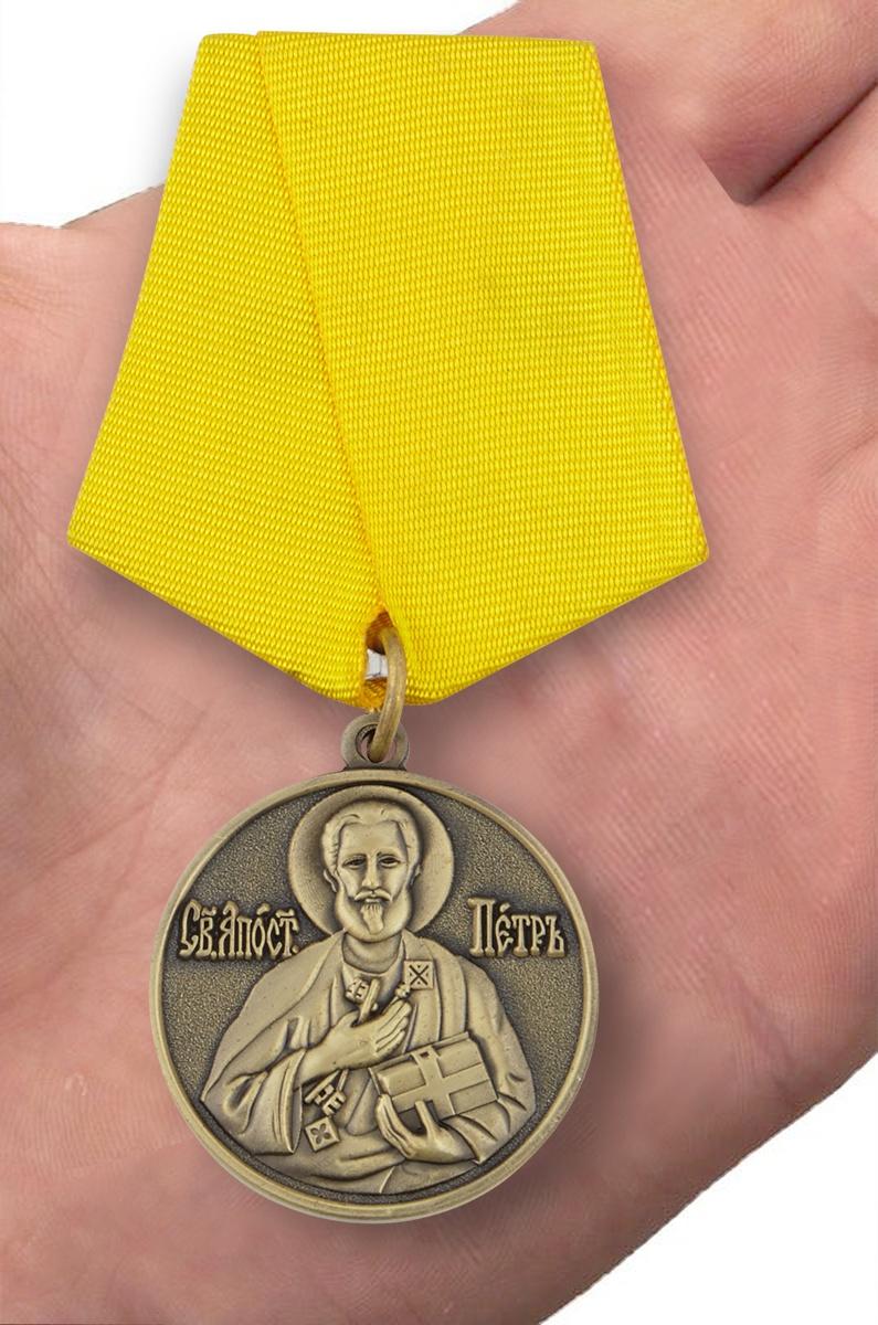 Медаль «За труды во славу Святой церкви» в футляре из флока с прозрачной крышкой - вид на ладони