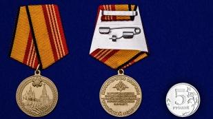 Медаль За участие в военном параде в ознаменование дня Победы в ВОВ на подставке - сравнительный вид