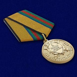 """Медаль """"За укрепление боевого содружества"""" - вид под углом"""