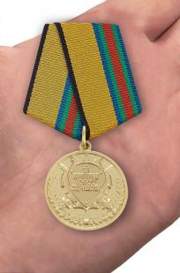 """Медаль """"За укрепление боевого содружества"""" - вид на ладони"""
