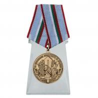 Медаль За укрепление братства по оружию на подставке