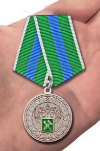 """Медаль """"За укрепление таможенного содружества"""" - вид на ладони"""