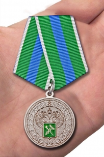 """Медаль """"За укрепление таможенного содружества"""" в футляре из флока - вид на ладони"""