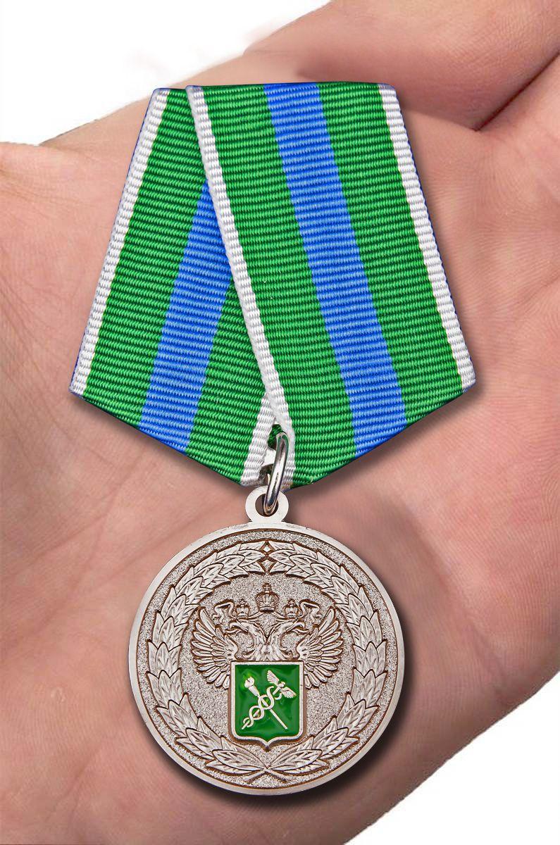 Медаль За укрепление таможенного содружества - вид на ладони
