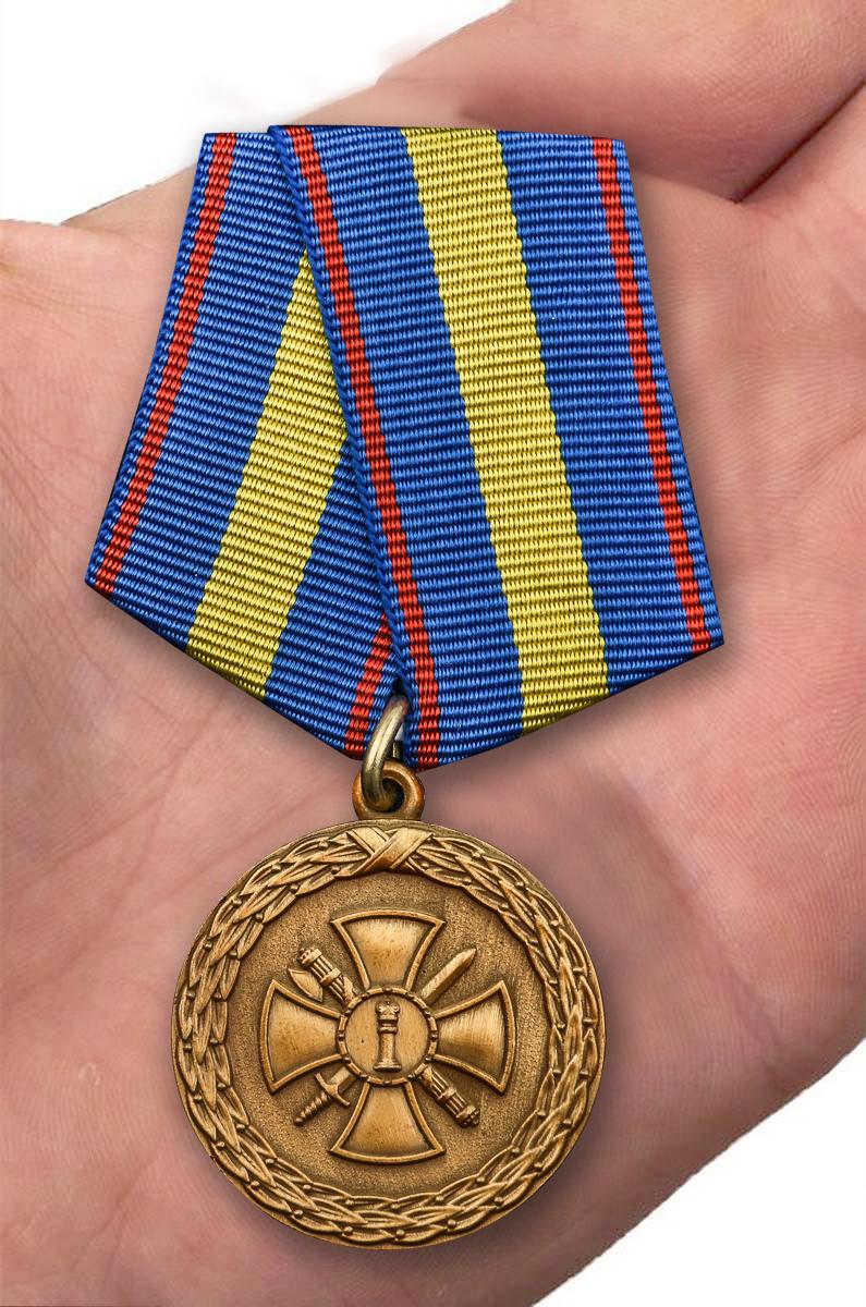 """Медаль """"За укрепление уголовно-исполнительной  системы"""" 1 степени Минюст РФ в бархатистом футляре из флока – вид на ладони"""