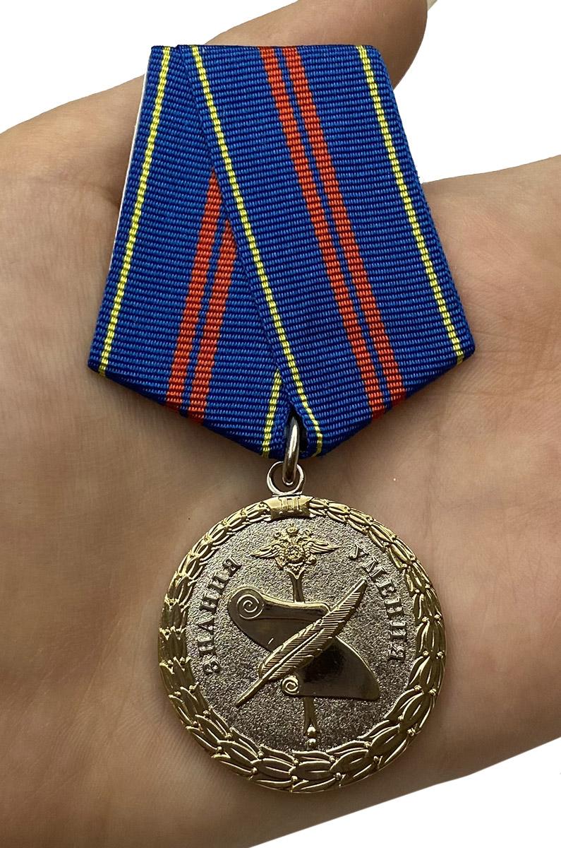 Медаль За управленческую деятельность МВД РФ 2 степени на подставке - вид на ладони