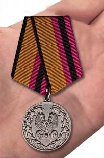 """Медаль """"За усердие в обеспечении безопасности дорожного движения"""" МО РФ - вид на руке"""