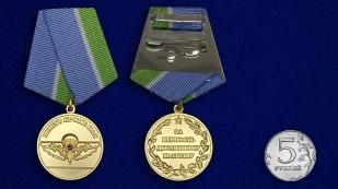 Медаль За верность десантному братству на подставке - сравнительный вид