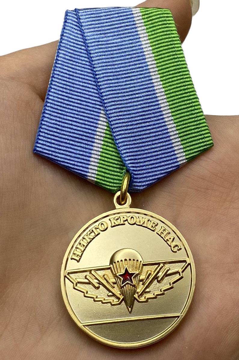 Медаль За верность десантному братству на подставке - вид на ладони