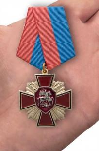 """Медаль """"За веру и службу России"""" в футляре из темно-бордового флока - вид на ладони"""