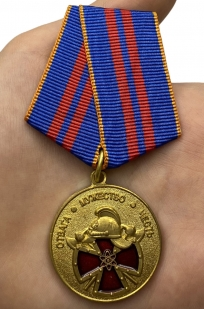 Медаль За вклад в пожарную безопасность государственных объектов на подставке - вид на ладони